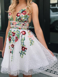 White Lace V Neck Homecoming Dresses with Floral Print Backless Short Prom Dresses H1259
