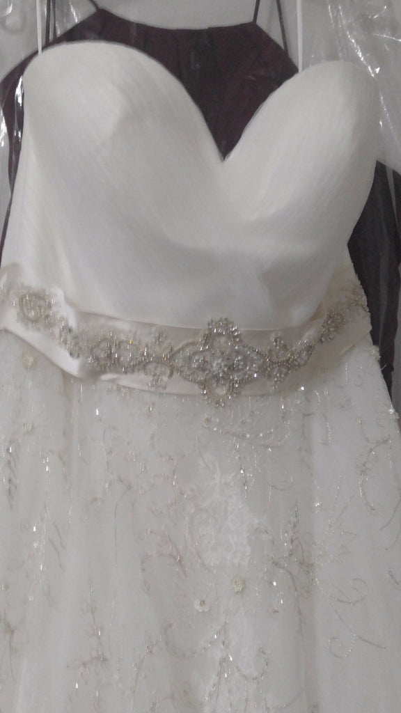 Casablanca '2136' size 20 new wedding dress front view close up