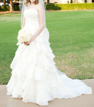 Load image into Gallery viewer, Jim Hjelm 'Semi Sweetheart' size 6 used wedding dress side view on bride