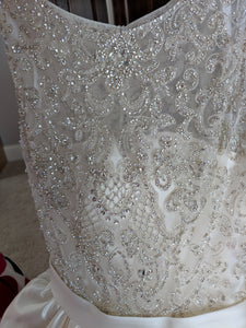 Allure '9152' size 8 new wedding dress front view close up