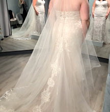 Load image into Gallery viewer, Stella York '6814' size 16 new wedding dress back view on bride