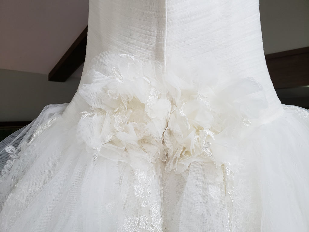 Vera Wang White 'Strapless Tulle' size 10 new wedding dress view of detail