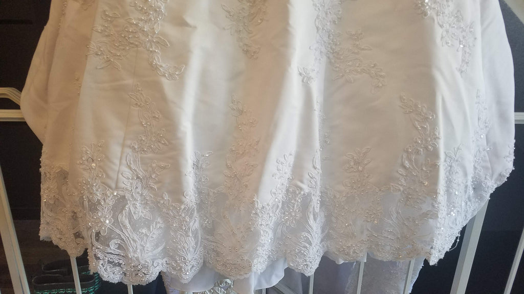David's Bridal 'Michelangelo V8377' size 14 used wedding dress view of hemline