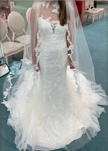 Load image into Gallery viewer, Vera Wang White 'Chantilly Lace Trumpet' size 0 new wedding dress front view on bride