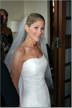 Load image into Gallery viewer, Vera Wang '99259' size 8 used wedding dress side view on bride