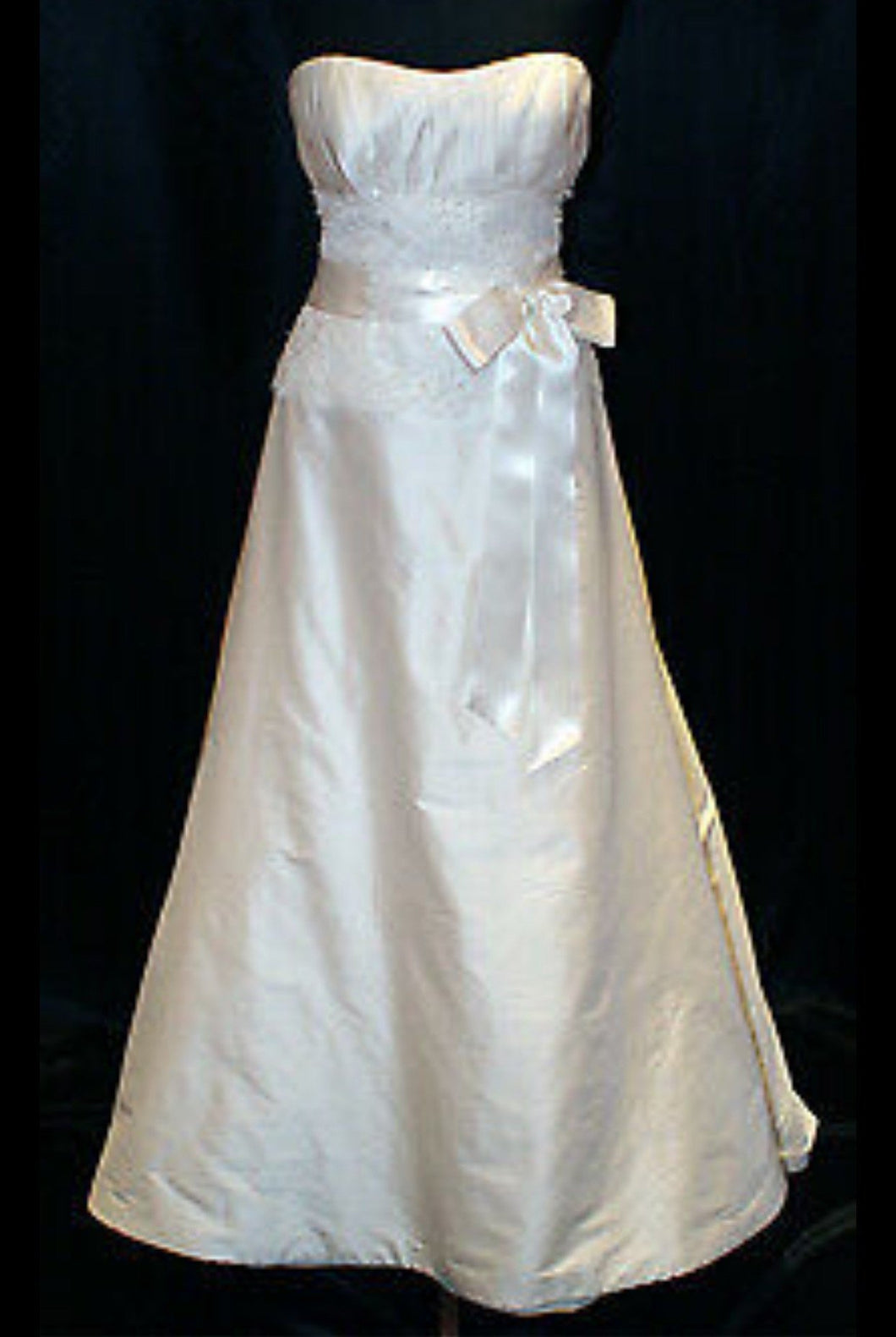 Paloma Blanca '3851' size 14 used wedding dress front view on mannequin