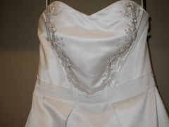 Carolina Herrera 'Custom' size 10 used wedding dress front view close up