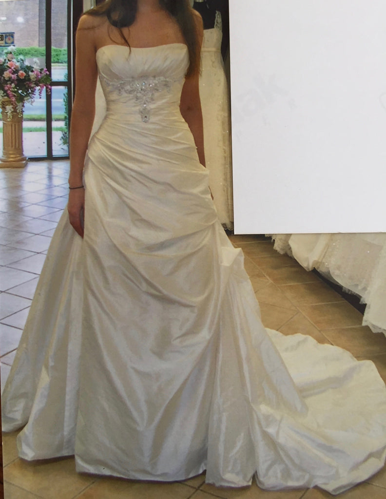 Anjolique Bridal '1010' size 8 new wedding dress front view on bride