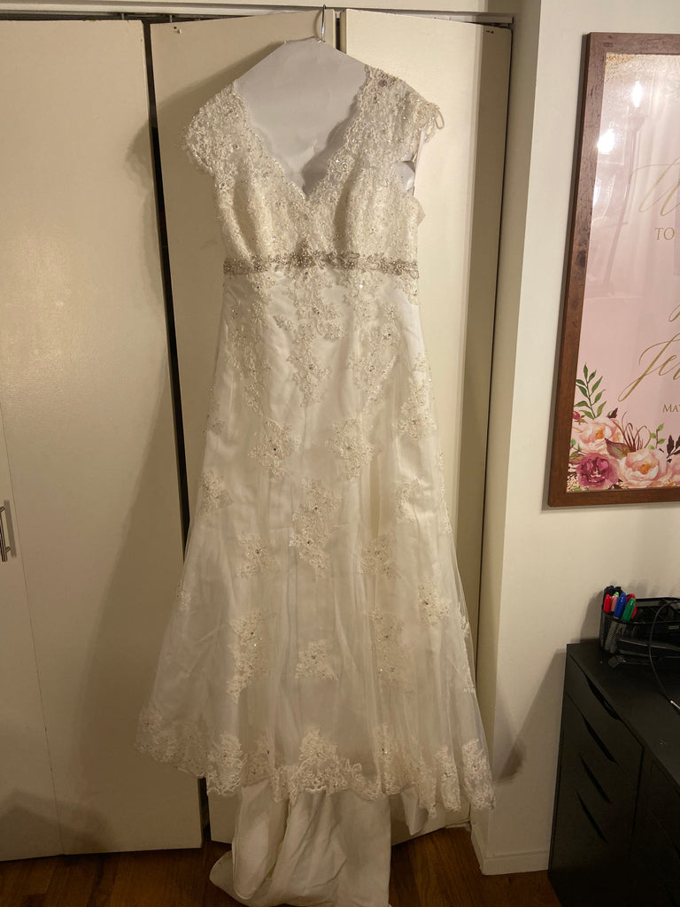 David's Bridal 'T3299' size 14 new wedding dress front view on hanger