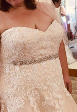 Load image into Gallery viewer, Alfred Angelo '3010' size 24 new wedding dress front view close up