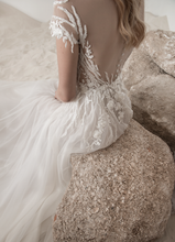 Load image into Gallery viewer, Lee Petra Grebenau 'Alice' size 4  sample wedding dress back view close up