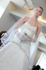 Oscar De La Renta 'Sweetheart Appliquéd' size 2 sample wedding dress front view on bride