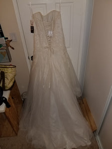 David's Bridal 'Strapless Tulle A-line' size 12 new wedding dress back view on hanger