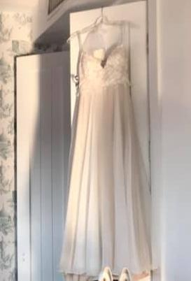 Daalarna 'OCN 414' size 4 used wedding dress front view on hanger