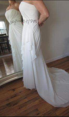 Vera Wang White 'Strapless Chiffon' size 12 used wedding dress side view on bride