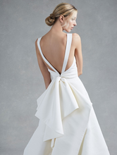 Load image into Gallery viewer, Oscar de la Renta 'Hayden' size 12 used wedding dress back view on model