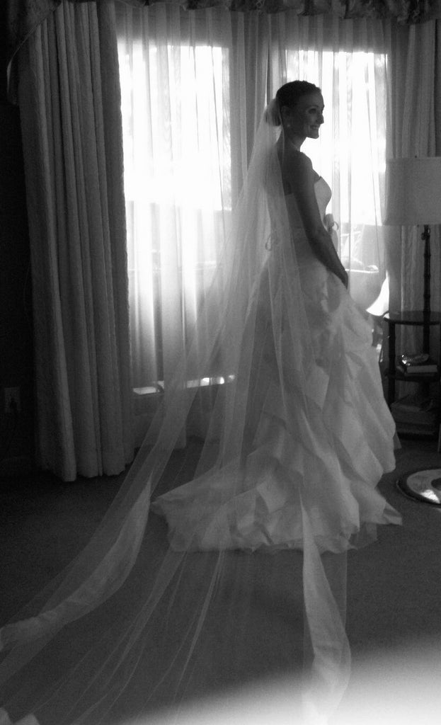 Vera Wang 'Diedre' size 2 used wedding dress side view on bride