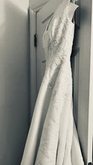 Oleg Cassini 'A Line tank scoop neckline with Embroidery on organza overlay ' wedding dress size-04 PREOWNED