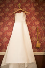 Load image into Gallery viewer, Pronovias 'Draminia'