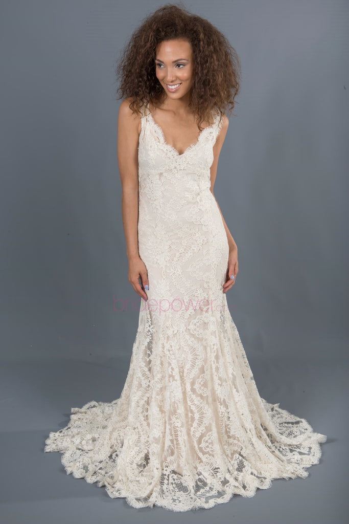 Monique Lhuillier 'Scarlet' Chantilly Lace V-Neck