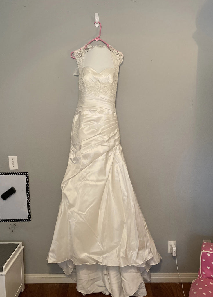La Soie Bridal '11611' size 6 new wedding dress front view on hanger