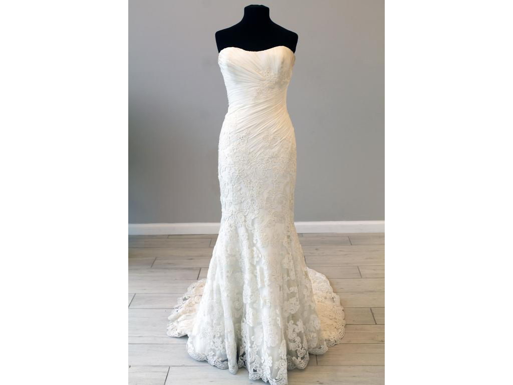 Enzoani 'Casablanca' size 6 new wedding dress front view on mannequin