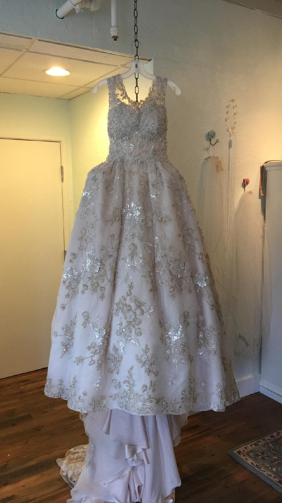 dcf3baf088a Ysa Makino  68985  size 6 used wedding dress front view on hanger