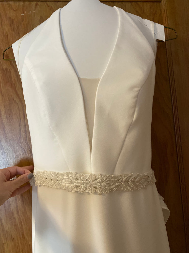 Mikaella 'Halter 2150' size 6 used wedding dress front view close up