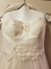 Load image into Gallery viewer, David's Bridal 'Strapless Tulle' size 2 new wedding dress front view close up