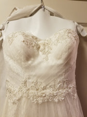 David's Bridal 'Strapless Tulle' size 2 new wedding dress front view close up