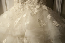 Load image into Gallery viewer, Oscar de la Renta '44N44' - Oscar de la Renta - Nearly Newlywed Bridal Boutique - 4