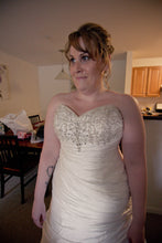Load image into Gallery viewer, David's Bridal 'Strapless Sweetheart' - David's Bridal - Nearly Newlywed Bridal Boutique - 2