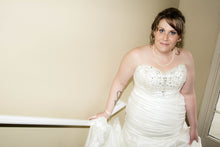 Load image into Gallery viewer, David's Bridal 'Strapless Sweetheart' - David's Bridal - Nearly Newlywed Bridal Boutique - 4