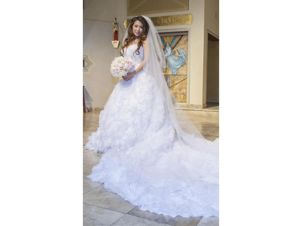 Allure Bridals 'Sweetheart Organza' size 6 used wedding dress side view on bride