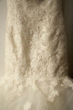 Load image into Gallery viewer, Oscar de la Renta '44N44' - Oscar de la Renta - Nearly Newlywed Bridal Boutique - 5