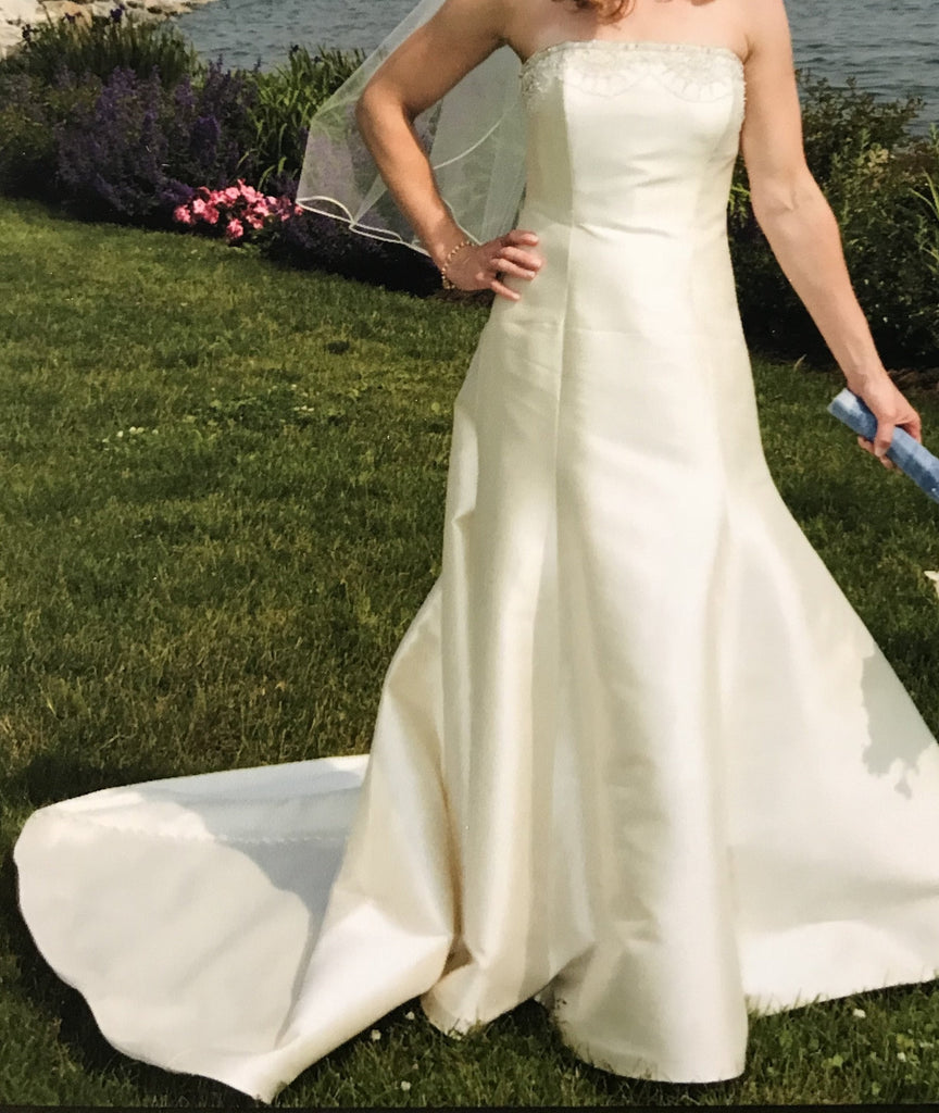 Edgardo Bonilla 'Juliet' size 2 used wedding dress front view on bride