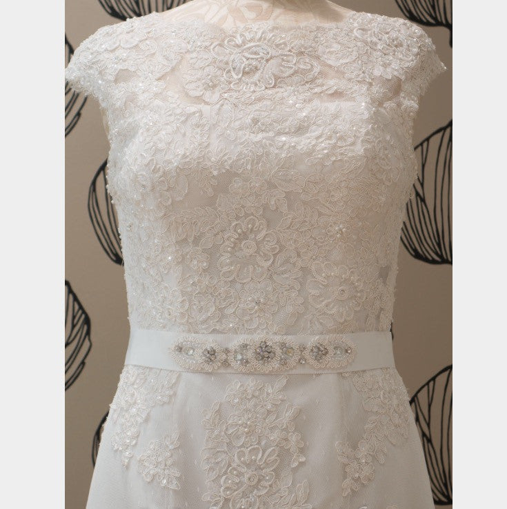 Justin Alexander '8600' size 8 new wedding dress front view on mannequin