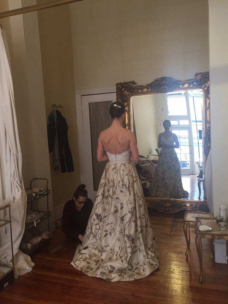 Oscar de la Renta '33N71' size 4 sample wedding dress back view on bride