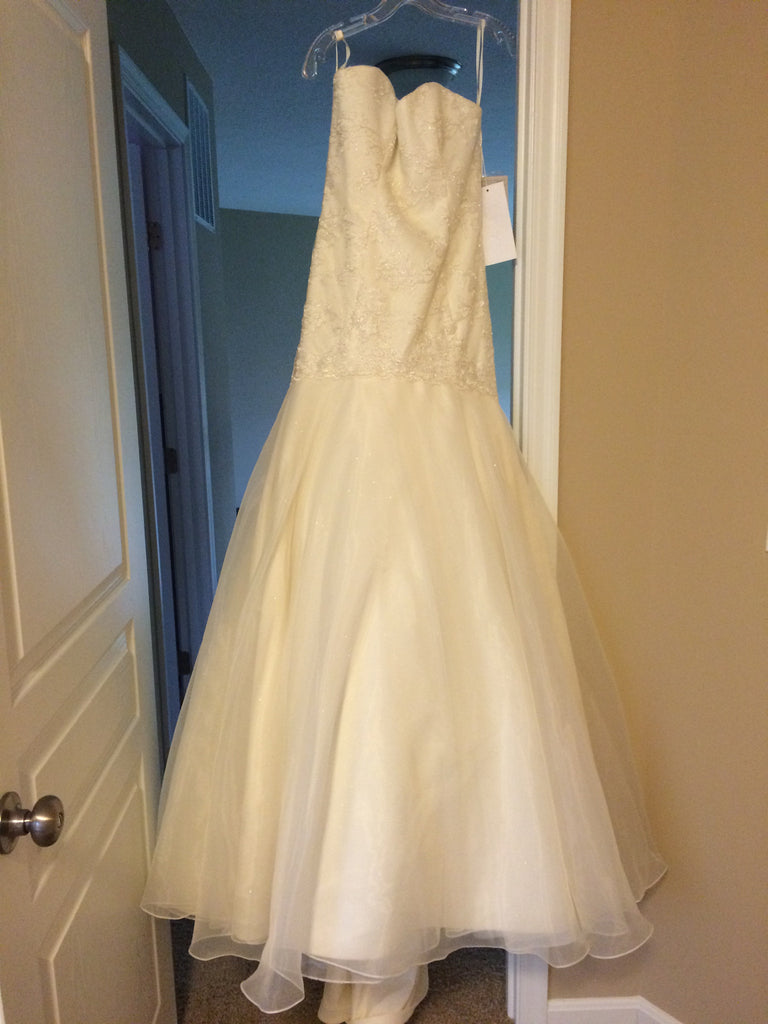 Hayley Paige 'Jazmine' size 4 new wedding dress front view on hanger