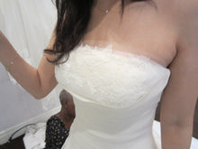 Load image into Gallery viewer, Vera Wang Luxe Kimberly Wedding Dress - Vera Wang - Nearly Newlywed Bridal Boutique - 4