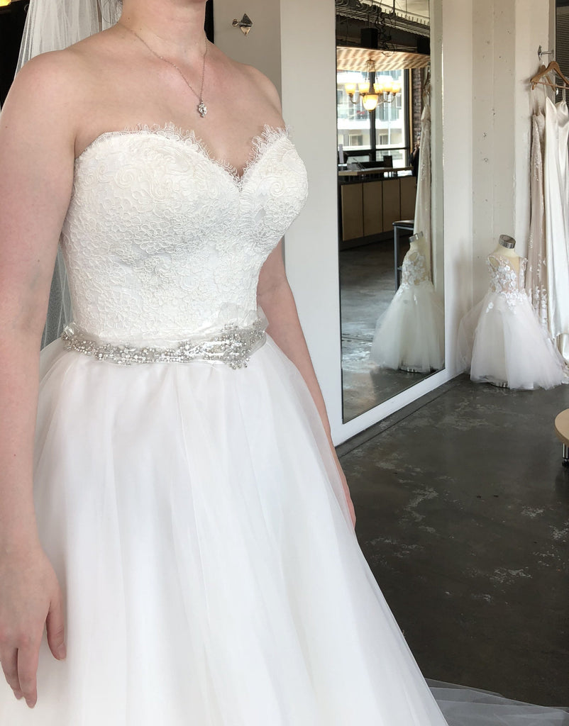 Allure Bridals '2915' size 4 new wedding dress front view on bride