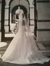 Load image into Gallery viewer, Vera Wang 'Emily' - Vera Wang - Nearly Newlywed Bridal Boutique - 4