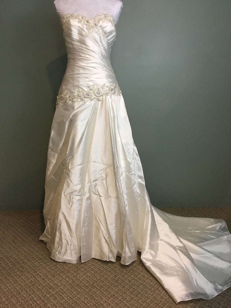 Pnina Tornai 'Perla D' size 2 used wedding dress front view on hanger