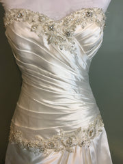 Pnina Tornai 'Perla D' size 2 used wedding dress close up front view