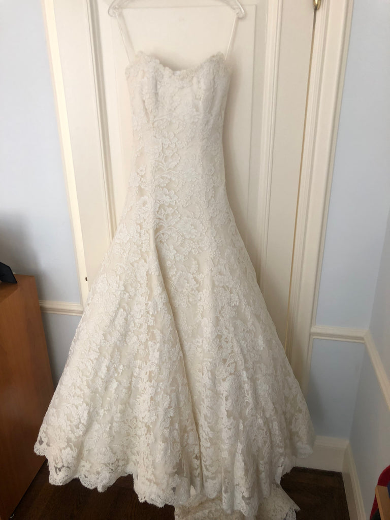 7a7f0597ea41 Vera Wang 'Jessica Simpson Dress' size 4 used wedding dress front view on  hanger