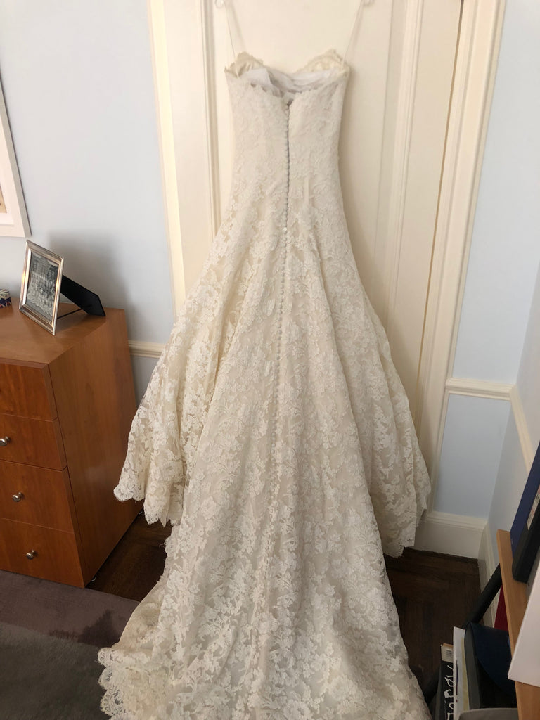 e5881673f436 Vera Wang 'Jessica Simpson Dress' size 4 used wedding dress back view on  hanger