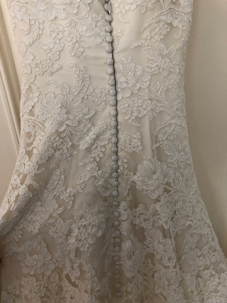 47f0e877fdc2 Vera Wang 'Jessica Simpson Dress' size 4 used wedding dress back view of  buttons