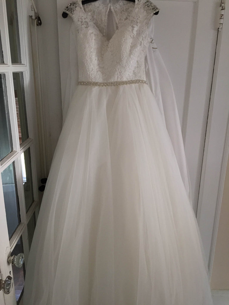 Allure '9142' size 6 new wedding dress front view on hanger