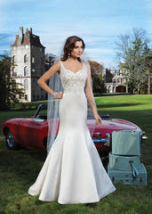 Justin Alexander 'Elida' size 4 new wedding dress front view on model