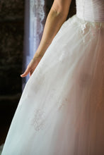 Load image into Gallery viewer, Monique Lhuillier 'Darling' - Monique Lhuillier - Nearly Newlywed Bridal Boutique - 4